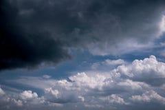 Cielo scuro prima della pioggia in primavera Fotografie Stock Libere da Diritti