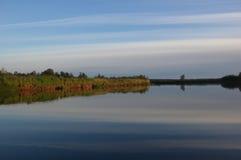 Cielo septentrional reflejado en el río Imagenes de archivo