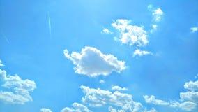 Cielo simplemente azul con las nubes blancas sucias fotografía de archivo