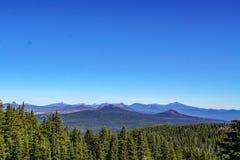 Cielo sin fin de los árboles de la escena de las montañas imagen de archivo