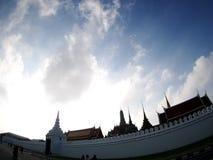 Cielo sobre el templo histórico de WAT PHRA KAEW en BANGKOK TAILANDIA Imagenes de archivo