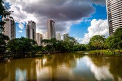 Cielo sobre parque de la ciudad central imagenes de archivo