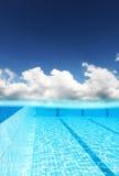 Cielo sobre piscina Imagen de archivo