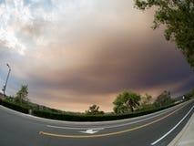 Cielo sobre también Viejo, California, los E.E.U.U. el 9 de agosto de 2018 Fuego santo imagen de archivo libre de regalías