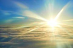 Cielo, sol de la puesta del sol y nubes Imagenes de archivo