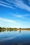 Cielo sopra il lago, tramonto nella città Fotografia Stock