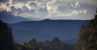 Cielo sopra le montagne fumose immagine stock