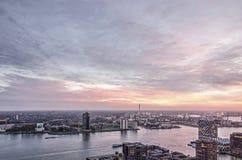 Cielo spettacolare sopra il fiume, il porto e le vicinanze fotografie stock
