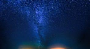 cielo stellato di notte Fondo naturale del cielo notturno Vista di ardore immagini stock