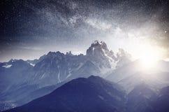 Cielo stellato fantastico Paesaggio di autunno e picchi innevati Cresta caucasica principale Mountain View dal supporto Ushba Mey Fotografie Stock