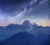 Cielo stellato fantastico Picchi Snow-capped Cresta caucasica principale Mountain View dal supporto Ushba Meyer, Georgia europa Fotografia Stock Libera da Diritti