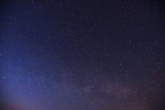 Cielo stellato Sciame meteorico fantastico di inverno e le montagne innevate fotografia stock libera da diritti