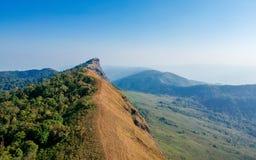 Cielo stupefacente della radura di vista sulla montagna superiore fotografie stock libere da diritti