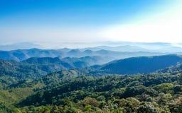 Cielo stupefacente della radura di vista sulla montagna superiore immagini stock libere da diritti
