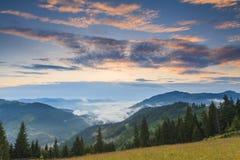 Cielo stupefacente di alba sopra le montagne fotografie stock