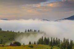 Cielo stupefacente di alba sopra le montagne fotografia stock