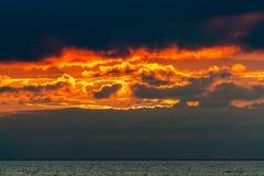 Cielo su fuoco dopo il tramonto fotografie stock