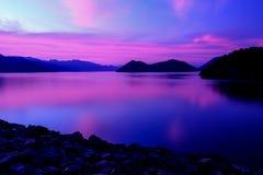 Cielo su penombra alla diga di Srinagarind fotografia stock libera da diritti