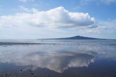 Cielo sulla riflessione del mare all'isola di Devonport, Nuova Zelanda Fotografia Stock