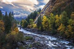 Cielo tempestoso di autunno con il sole che attraversa sopra le montagne a Washington centrale del nord fotografie stock libere da diritti