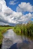 Cielo tempestoso drammatico sopra il fiume Fotografia Stock