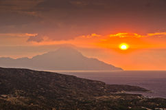 Cielo tempestoso ed alba alla montagna santa Athos fotografia stock