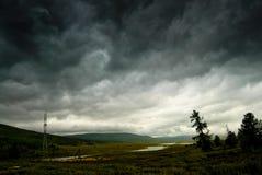 Cielo tempestoso nero nella pioggia nelle montagne. Immagini Stock