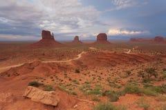 Cielo tempestoso sopra la vista classica della valle del monumento, U.S.A. Fotografia Stock Libera da Diritti