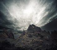 Cielo tempestoso sopra le rocce fotografia stock libera da diritti