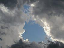 Cielo tempestuoso con la abertura de Gray Clouds turbulento y del cielo azul Imagen de archivo libre de regalías