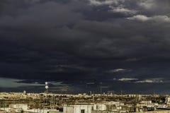 Cielo tempestuoso nublado sobre la ciudad imagenes de archivo