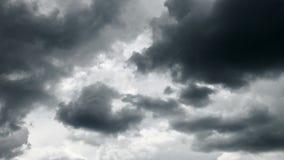 Cielo tempestuoso oscuro con las nubes para el fondo almacen de video