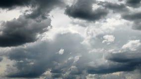 Cielo tempestuoso oscuro con las nubes para el fondo metrajes