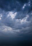 Cielo tempestuoso oscuro sobre el mar Imágenes de archivo libres de regalías