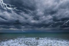 Cielo tempestuoso oscuro sobre el océano Fotografía de archivo