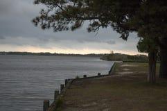 Cielo tempestuoso sobre el agua en el tabique hermético fotografía de archivo libre de regalías