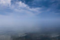 Cielo tempestuoso sobre el mar tranquilo Fotografía de archivo
