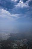 Cielo tempestuoso sobre el mar tranquilo Imagen de archivo