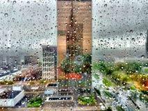 Cielo tempestuoso sobre la ciudad Fotos de archivo