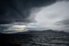 Cielo tempestuoso sobre un océano fotos de archivo libres de regalías