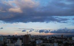 Cielo tonante sopra la città Immagine Stock Libera da Diritti