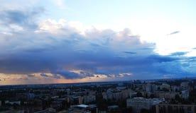 Cielo tonante sopra la città Fotografie Stock Libere da Diritti