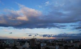 Cielo tonante sopra la città Fotografia Stock