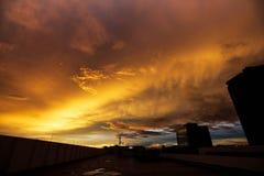 Cielo, top del rascacielos con la ciudad en la salida del sol, puesta del sol foto de archivo libre de regalías