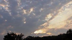Cielo, tramonto arancio e giallo luminoso del blu, di colori archivi video