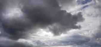 Cielo triste con le nuvole di tempesta Fotografia Stock