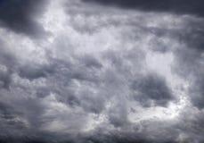 Cielo triste con le nuvole di tempesta Fotografie Stock Libere da Diritti
