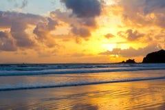 Cielo tropical de la puesta del sol de la playa con las nubes encendidas Fotos de archivo libres de regalías