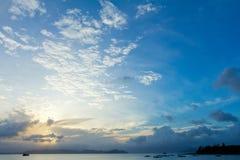 Cielo tropical de la puesta del sol de la playa con las nubes encendidas Imagen de archivo libre de regalías