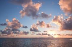 Cielo tropicale con Cloudscape e Sun Fotografie Stock